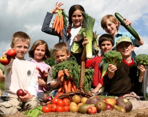 Bambini con frutta e ortaggi